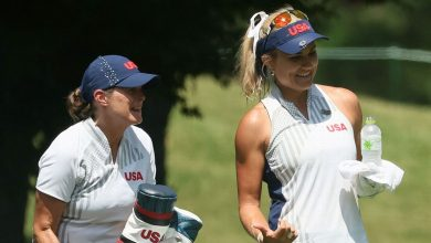 Photo of Thompson using new caddie for Tokyo 2nd round | Charlotte Gibson